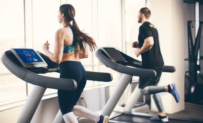 man-and-woman-on-gym-treadmills