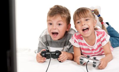 kids-playing-console-game